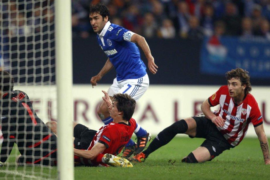 Raul (centre) a compté les deux buts de... (Photo : Ina Fassbender, Reuters)