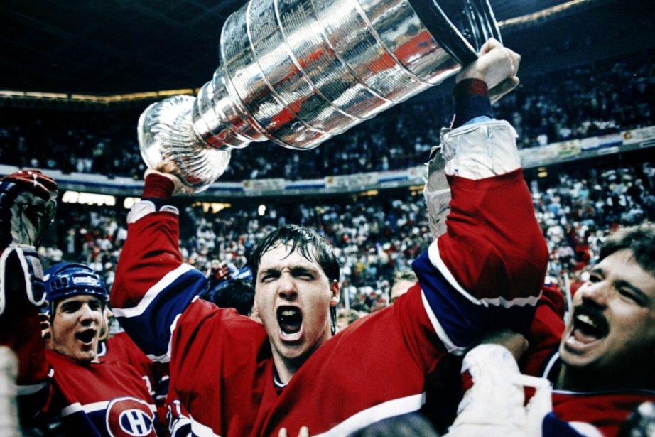 Patrick Roy soulève la Coupe Stanleyaprès que le... (Photo: Archives Reuters)