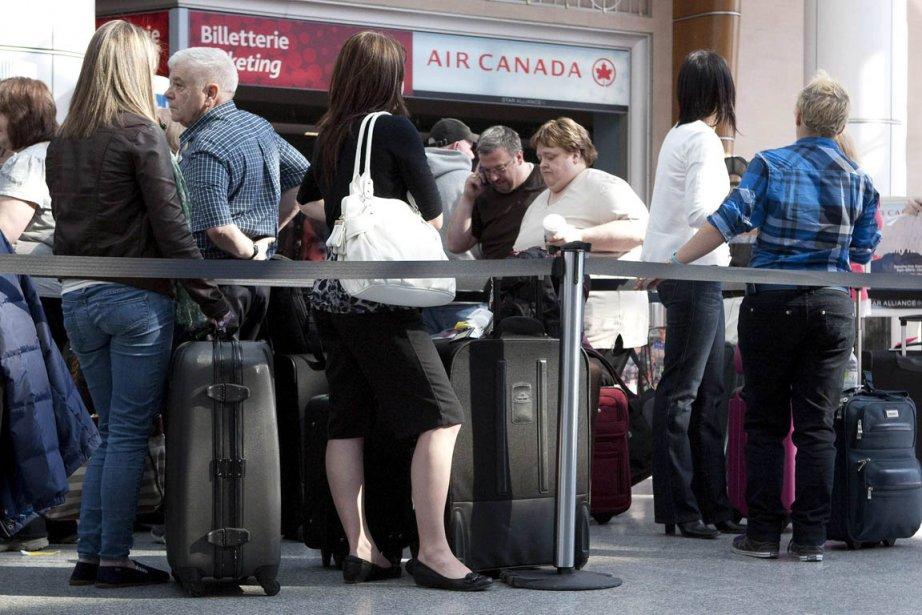 Des voyageurs d'Air Canada à l'aéroport Trudeau cette... (Photo Olivier Jean, Reuters)