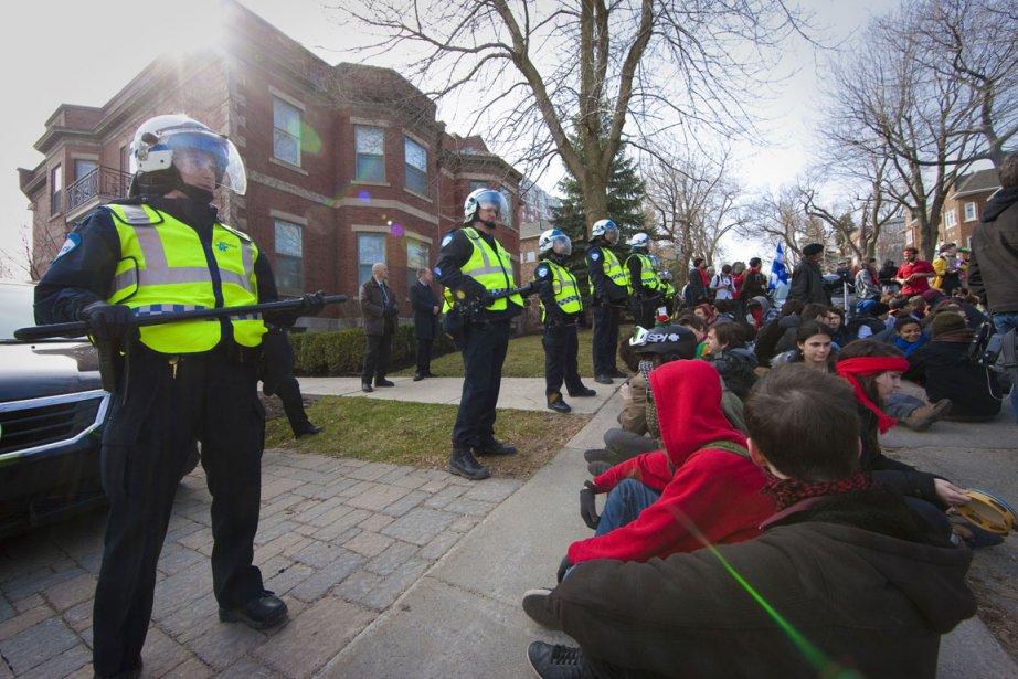 Les étudiants manifestent devant la résidence de Jean... (Photo André Pichette, La Presse)