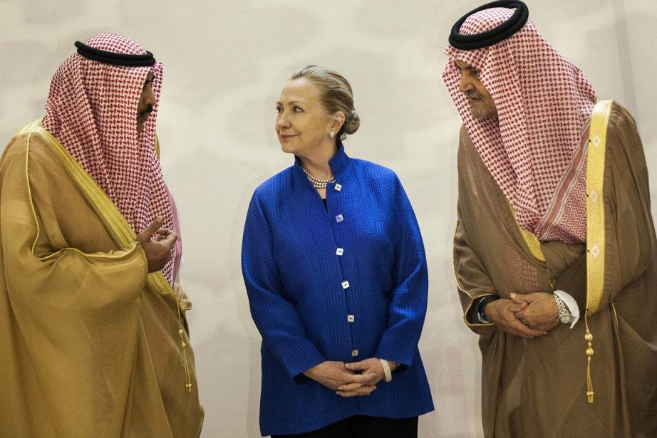 Hillary Clinton et les ministres des Affaires étrangères... (Photo Associated Press)