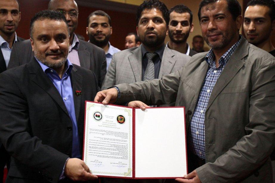 Le ministre de la Défense Sadiq al-Obeidi et... (Photo Associated Press)