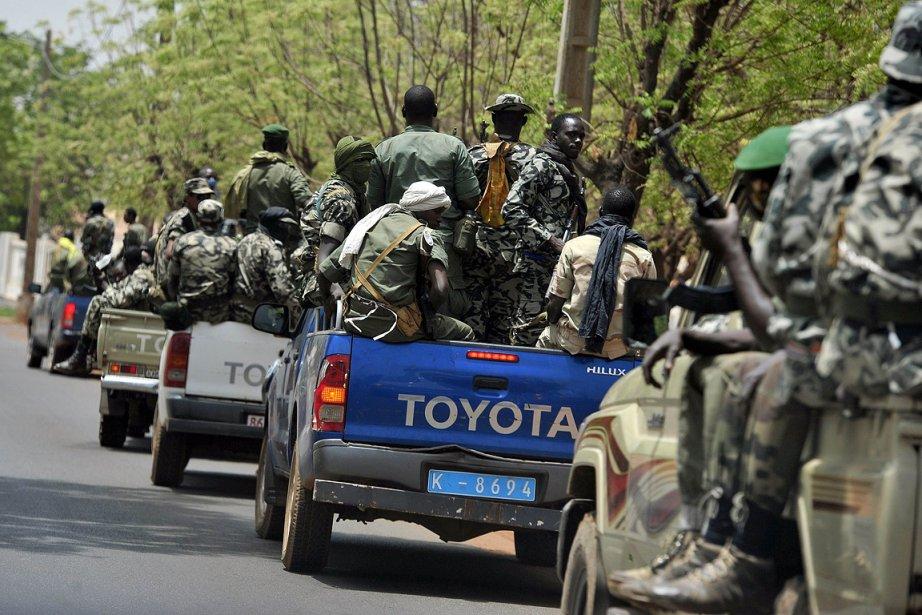 Des militaires maliens patrouillent près d'un camp.... (Photo: AFP)