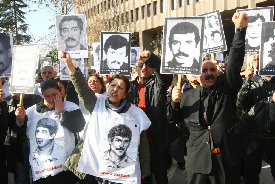 Des militants de gauche brandissent des portraits de... (Photo: Adem Altan, AFP)