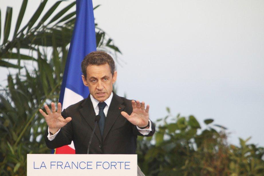 Au coude à coude avec son adversaire socialiste... (Photo: Laurent Capmas , Reuters)