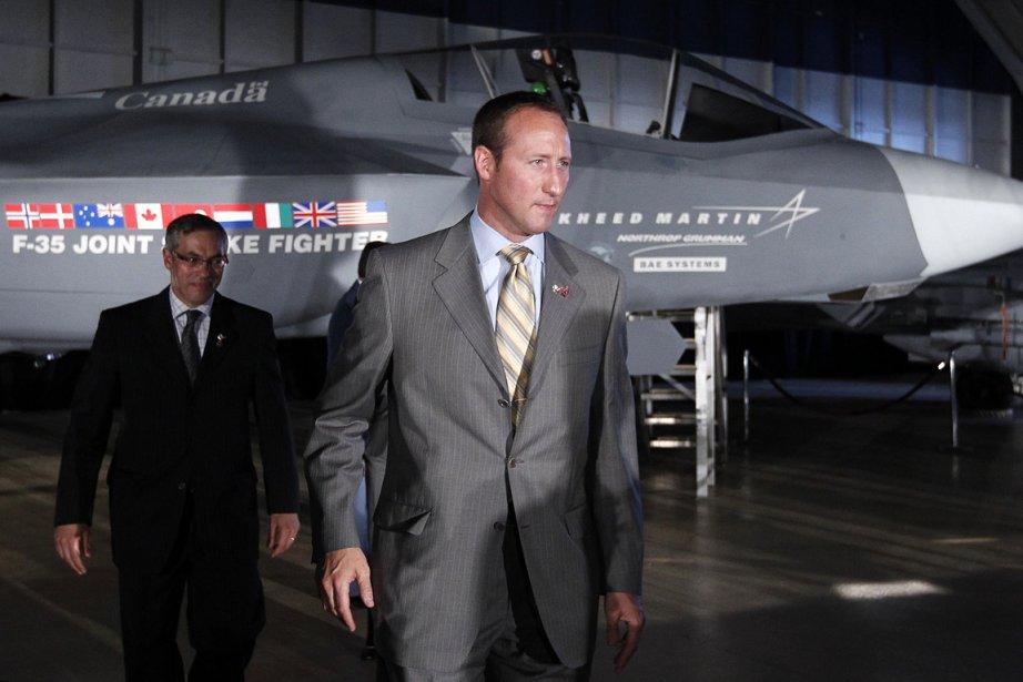 Le ministre de la Défense Peter MacKay (à... (Photo: Reuters)