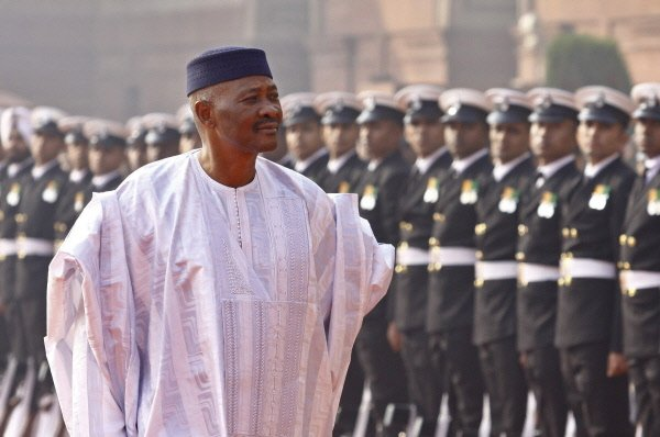 Le président malien Amadou Toumani Touré a remis... (Photo: AP)