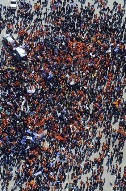LOCK-OUT JOUR 91 (31 mars) GRANDE MANIFESTATION À ALMA Les milliers de manifestants se sont donné rendez-vous dans le stationnement des Galeries Lac-Saint-Jean avant le grand départ. | 9 avril 2012