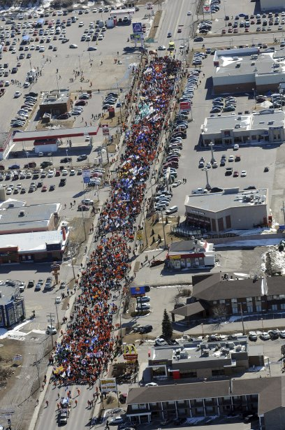 LOCK-OUT JOUR 91 (31 mars) GRANDE MANIFESTATION À ALMA Les couleurs orange (lock-outés) et rouge (étudiants) étaient à l?honneur à la manifestation. | 9 avril 2012