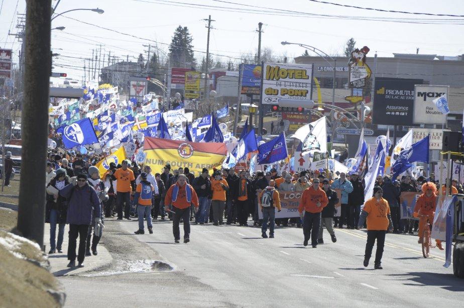 LOCK-OUT JOUR 91 (31 mars) GRANDE MANIFESTATION À ALMA Une partie de l?Avenue du Pont Sud a été bloquée pour laisser passer les milliers de personnes venues manifester leur soutien aux lock-outés de l?Usine Alma. | 9 avril 2012