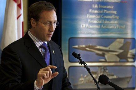 Peter MacKay en point de presse à Halifax,... (Photo: PC)