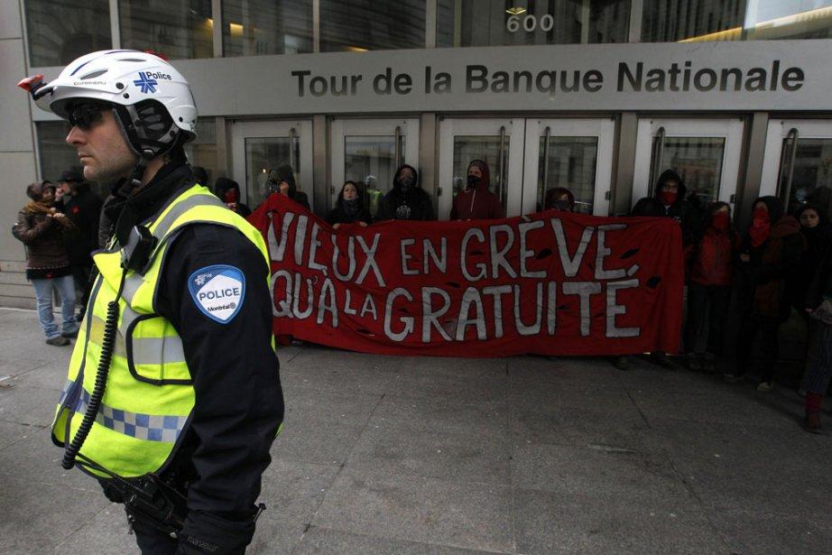 Les manifestants bloquent l'accès à la Banque Nationale au 600 de la Gauchetière. (Ivanoh Demers, La Presse)