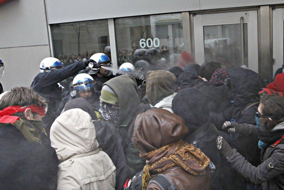 Vers 8h45, les policiers du poste de quartier et le groupe d'intervention sont intervenus pour dégager les entrées de l'édifice. (Ivanoh Demers, La Presse)