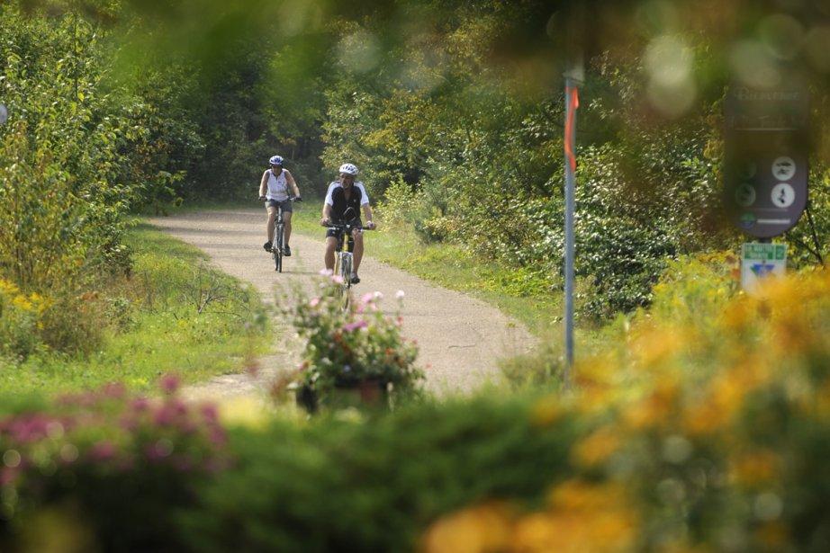 Des cyclistes sur le sentier du P'tit train... (Photo Bernard Brault, archives La Presse)