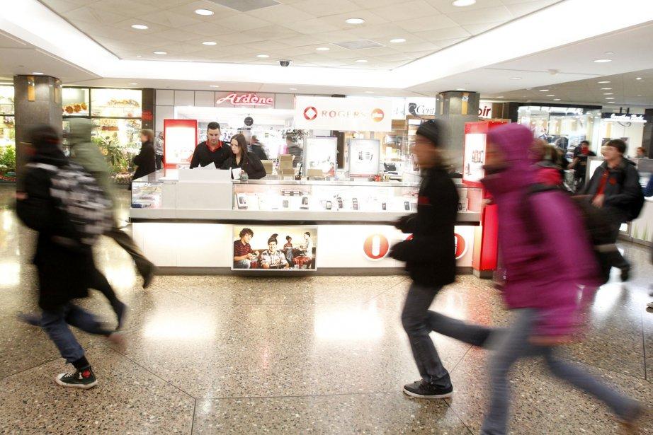Un groupe est entré dans le Complexe Desjardins, au centre-ville, où les commerçants se sont précipités pour fermer boutique. (Ivanoh Demers, La Presse)