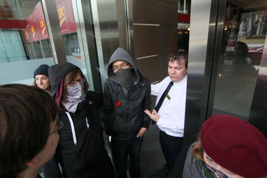 Les manifestants n'étaient pas bienvenus à la Banque CIBC. (André Pichette, La Presse)