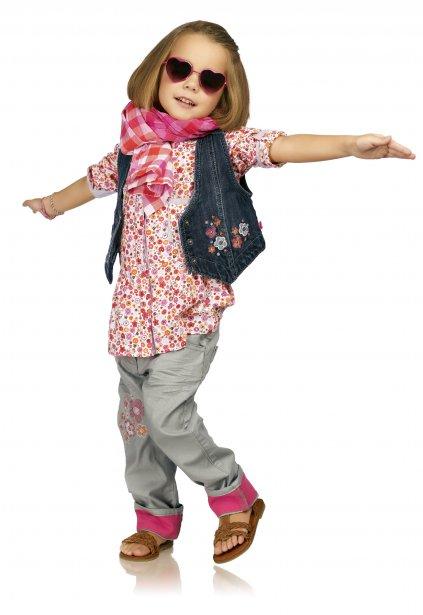 La collection intitulée «La fabrique enchantée» de Souris Mini interprète la tendance fleurie en version mini. Chemisier à partir de 44,95 $, veste de denim à partir de 40,95 $, pantalon à partir de 49,95 $, foulard à carreaux 21,95 $, chez Souris Mini ()