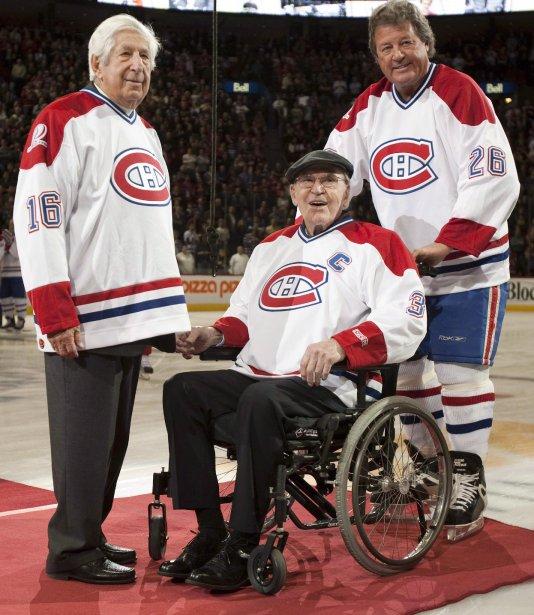 Elmer Lach, Émile Bouchard et son fils Pierre Bouchard durant la cérémonie du retrait des chandails de ces deux grands joueurs du Canadien, avant le match du Centenaire, le 4 décembre 2009. (Paul Chiasson, PC)