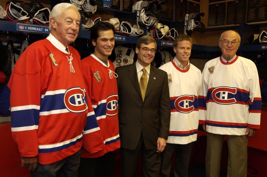 En 2003, Jean Béliveau, José Théodore, Saku Koïvu et Émile Bouchard posent avec le nouveau chandail du Canadien, en compagnie du président Pierre Boivin. (Photo : Rémi Lemée)