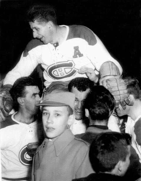 Conquête de la Coupe Stanley : Maurice Richard et Émile Bouchard portent sur leurs épaules leur coéquipier Elmer Lach, qui a compté le seul but du match final, en période supplémentaire, au Forum de Montréal. le 16 avril 1953. (Roger St-Jean, archives La Presse)