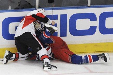 Matt Carkner s'est rué sur Brian Boyle lors... (Photo: Reuters)