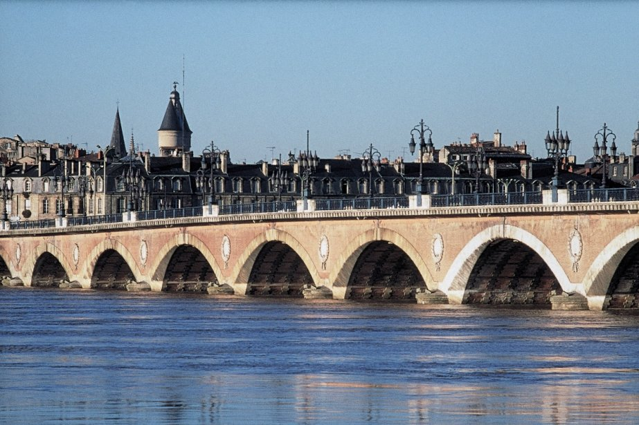 Le majestueux pont de Pierre traversant la Garonne.... (Office de tourisme de Bordeaux)