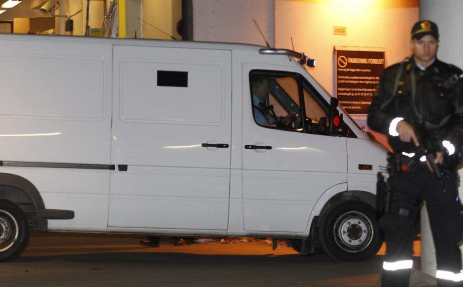 Le véhicule de police transportant Anders Behring Breivik au palais de justice d'Oslo, en prévision de la première journée de son procès. | 16 avril 2012