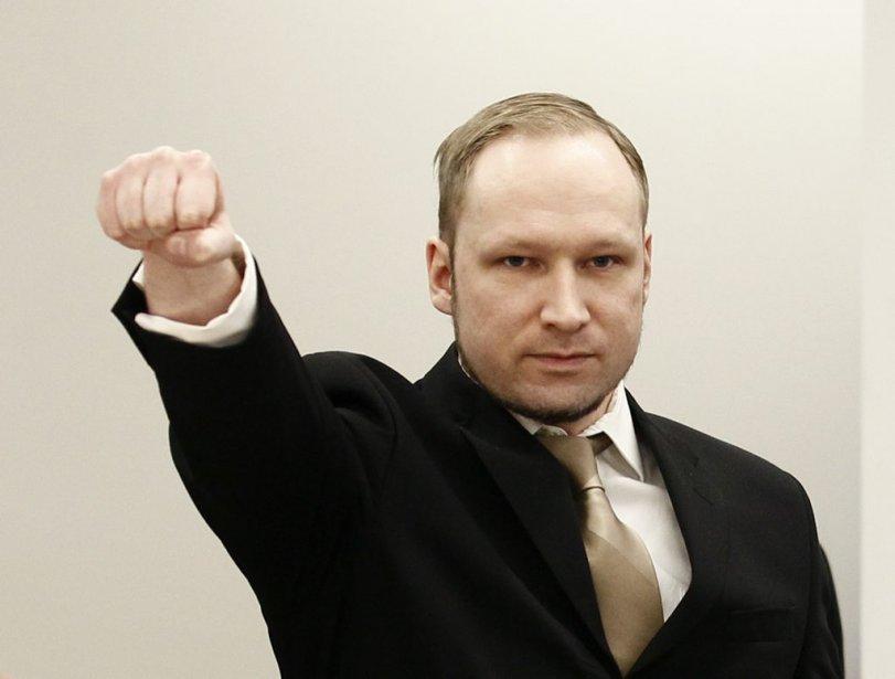 À son arrivée à la Cour, Anders Behring Breivik a brandi le poing, dans un salut aux allures fascistes. (Photo Heiko Junge, Reuters)