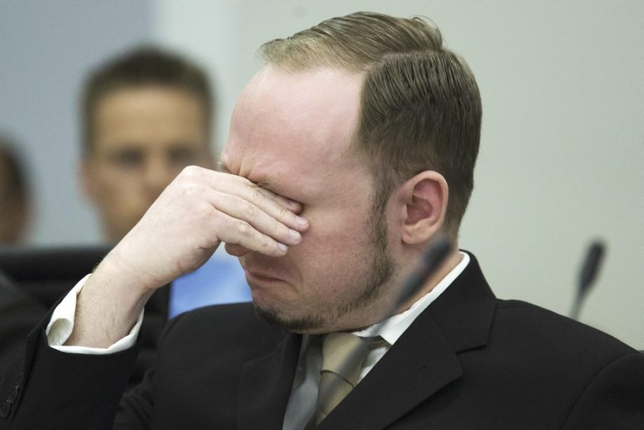 Alors qu'il est resté de marbre tout au long de la première journée d'audience, Breivik a versé quelques larmes lorsque la cour a présenté les vidéos de propagande que l'extrémiste de droite avait lui-même tournées. | 16 avril 2012