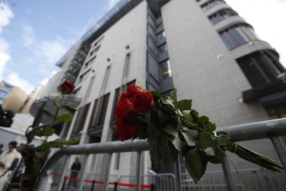 Des roses ont été déposées sur une clôture de sécurité devant le palais de justice d'Oslo, en Norvège. (Photo Stoyan Nevov, Reuters)