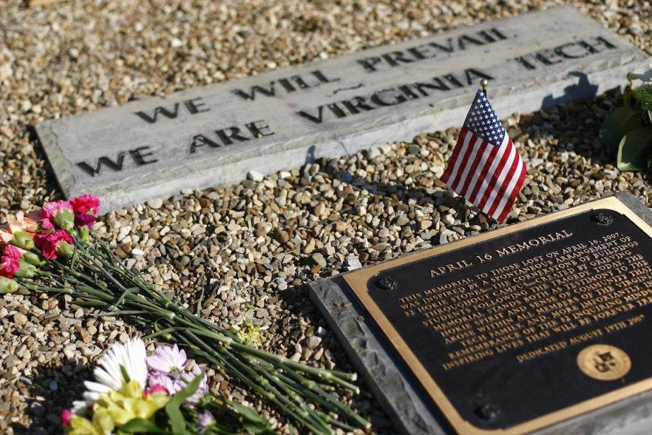 Des fleurs et un drapeau américain ont été... (Photo Chris Keane, Reuters)