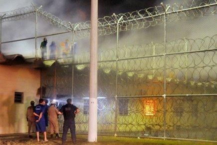 Des détenus armés de pistolets et de couteaux ont pris le contrôle... (Photo: AP)