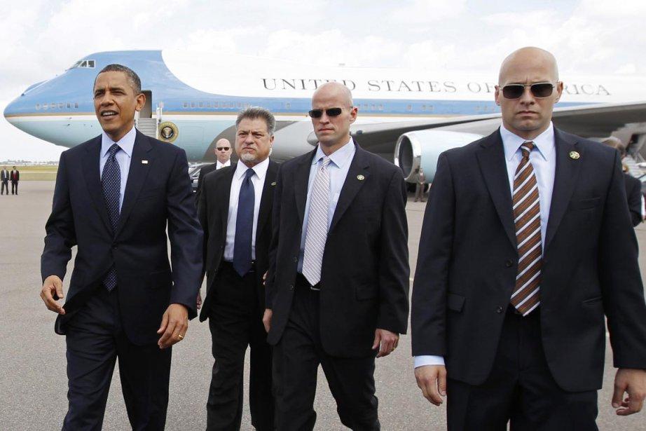 Barack Obama est escorté par des agents du... (Photo: Kevin Lamarque, Reuters)