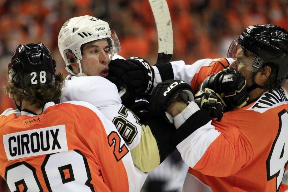 Claude Giroux, Sidney Crosby et Kimmo Timonen, dans... (Photo Tom Mihalek, AP)