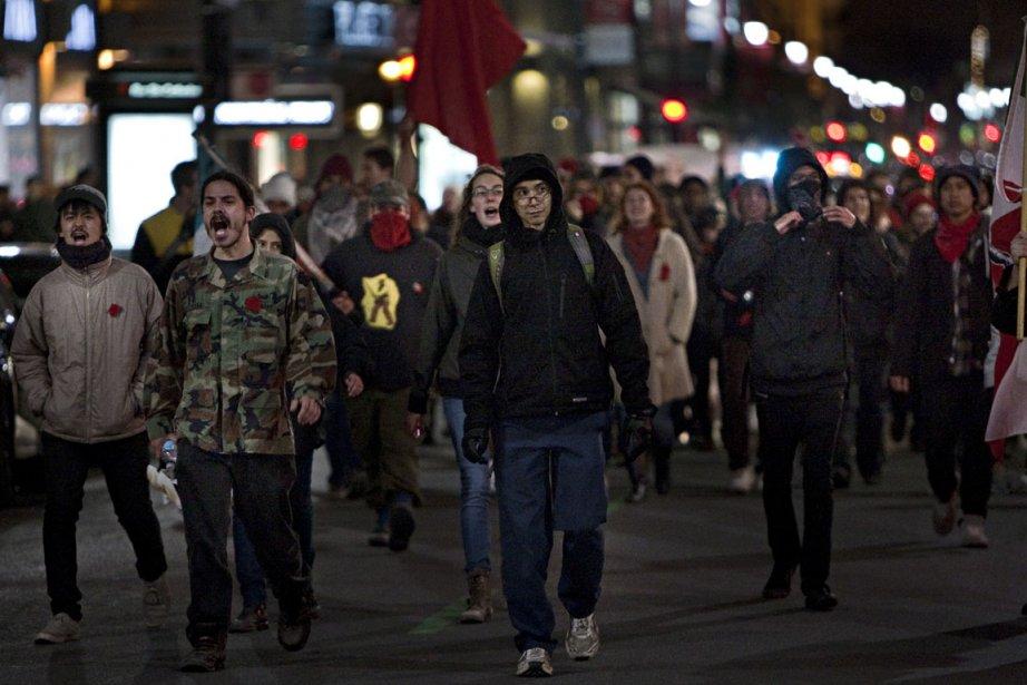 Une cinquantaine de protestataires ont battu le pavé,... (photo Alain Décarie, collaboration spéciale)