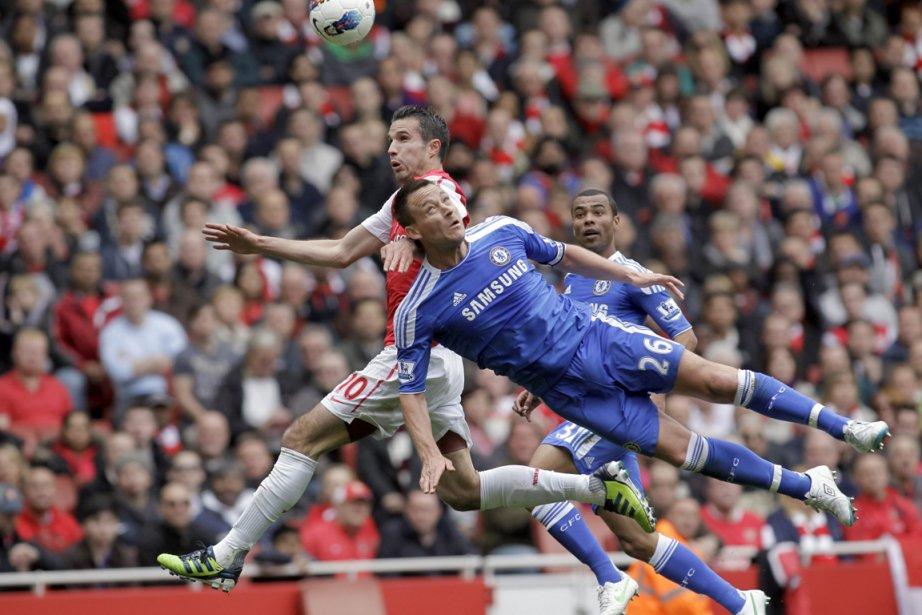 Robin van Persie, d'Arsenal (à gauche), bataille pour... (Photo : Sang Tan, AP)