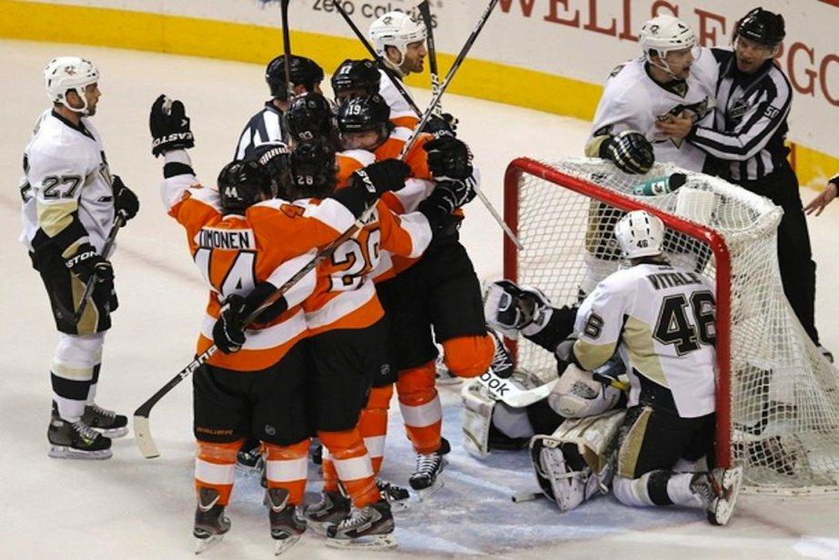 Les Flyers célèbrent le but de Scott Hartnell.... (Photo Reuters)