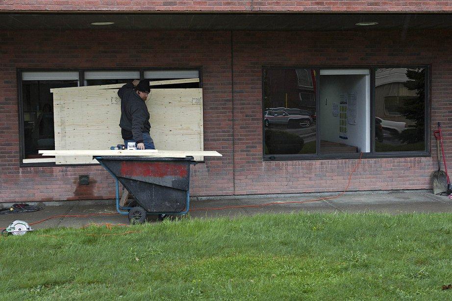 Les malfaiteurs masqués ont fracassé neuf des fenêtres... (Photo: Patrick Sanfaçon, La Presse)