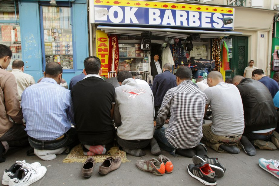 Des musulmans effectuent la prière du vendredi sur... (Photo Michel Euler, archives Associated Press)