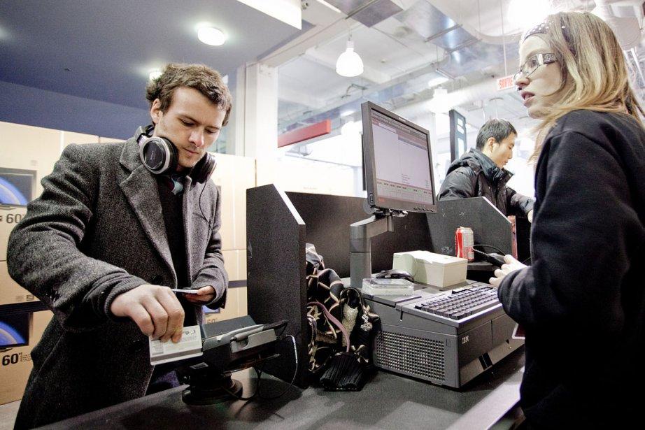 Les détaillants canadiens montrent du... (Photo Marco Campanozzi, La Presse)