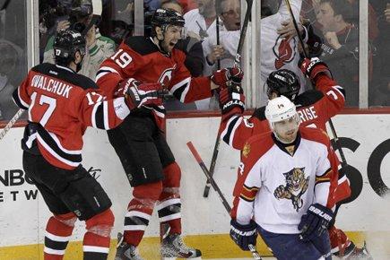 Travis Zajac (au centre) a procuré la victoire... (Photo: AP)