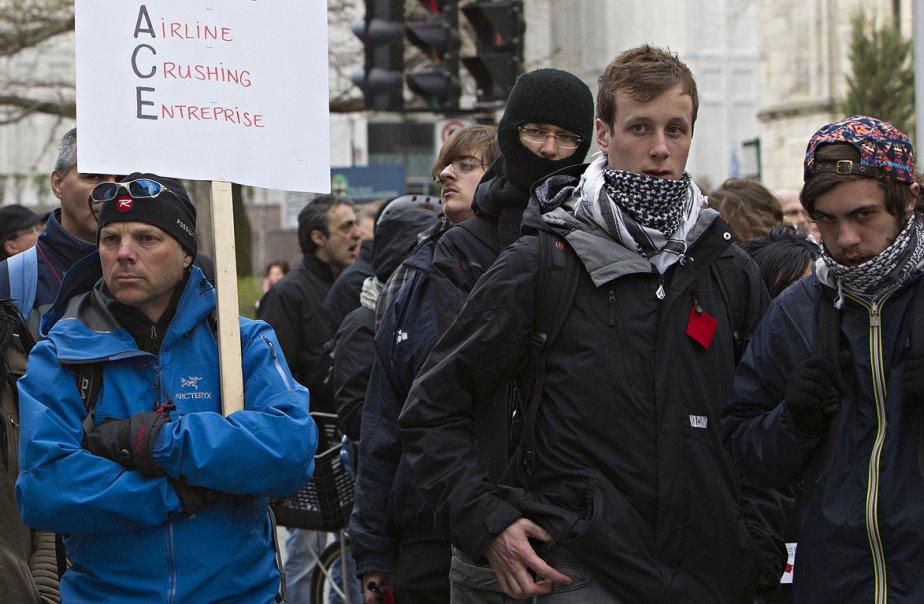 Des policiers sont présents dans les parages du... (Photo Patrick Sanfaçon, La Presse)
