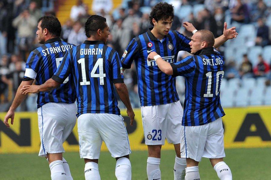 Wesley Sneijder (à droite) a inscrit deux buts... (Photo: AFP)