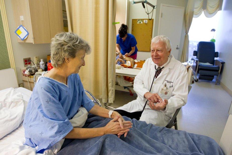 Le docteur Maurice Gagnon en pleine consultation avec... (Photo : Alain Roberge, La Presse)