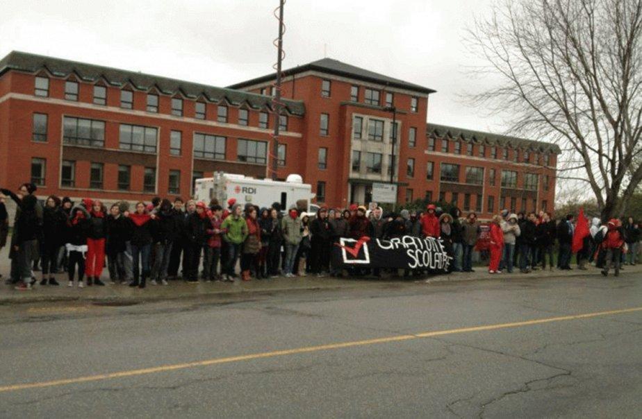 Les étudiants bloquaient les porte du Cégep de... (Photo La Tribune)