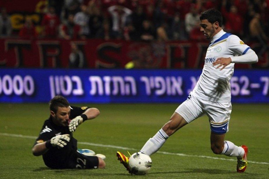 Shlomi Azulai (à droite), joueur du Kiryat Shmona.... (Photo Reuters)