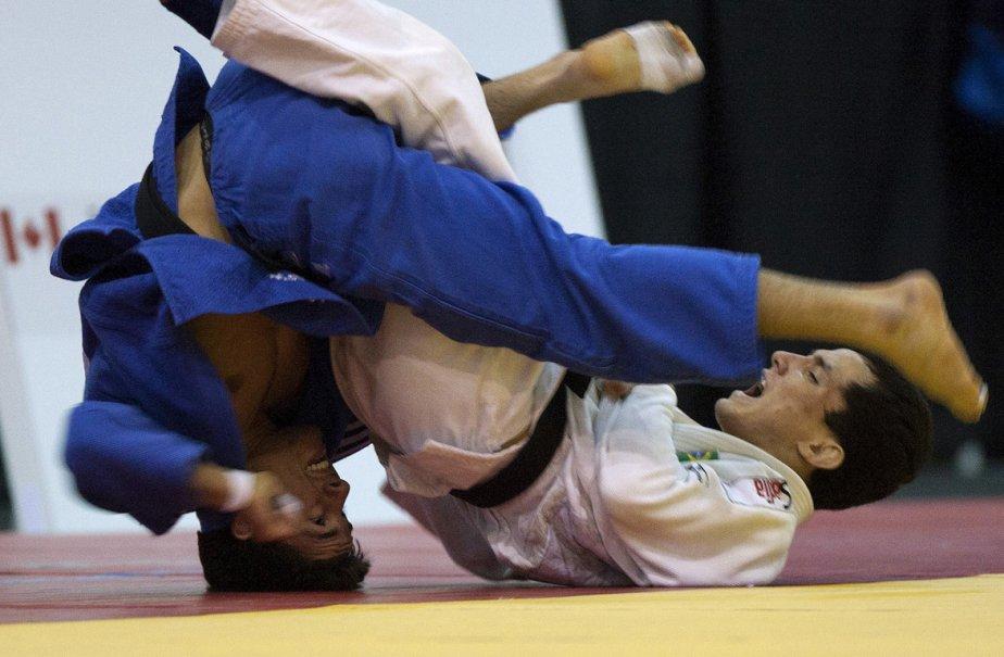Le Canadien Sergio Pessoa (gauche) en combat contre... (Photo: OLIVIER JEAN, Reuters)