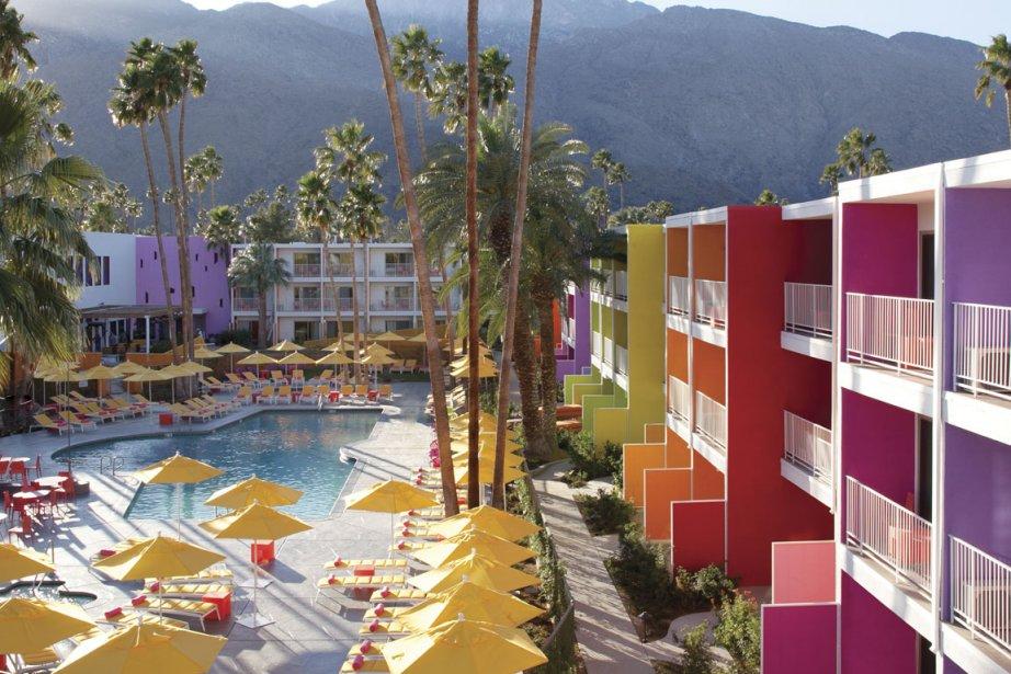 On aime cet hôtel multicolore posé au milieu du désert à Palm Springs, en...