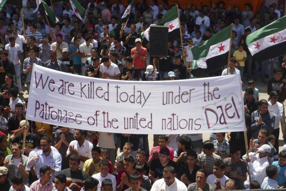 Des opposanst au régime Assad manifestent dans les... (Photo: Reuters/Shaam News)