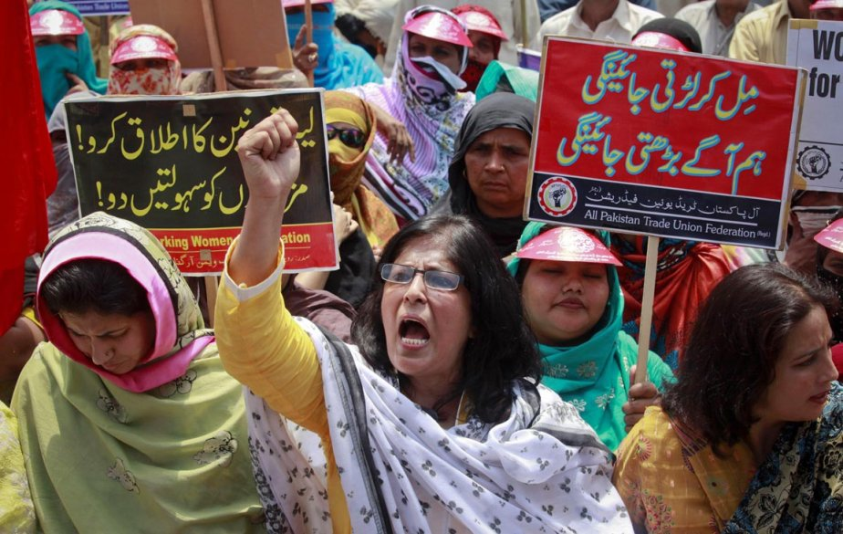 Une travailleuse membre du All Pakistan Trade Union Federation, un important syndicat pakistanais, scande des slogans lors  d'une manifestation à Lahore. | 1 mai 2012